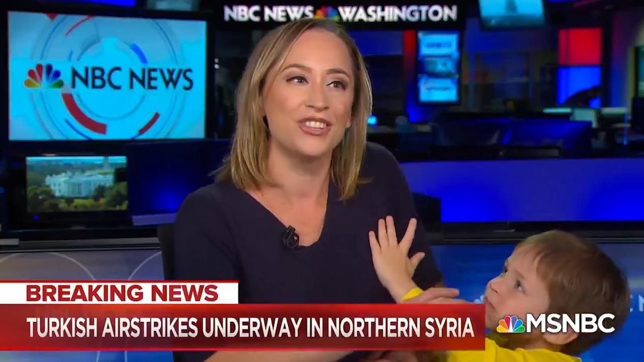 Zoontje nieuwslezeres onderbreekt live-uitzending