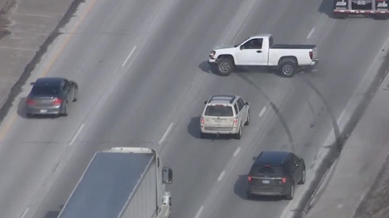 Man slipt voor auto's langs tijdens achtervolging Detroit