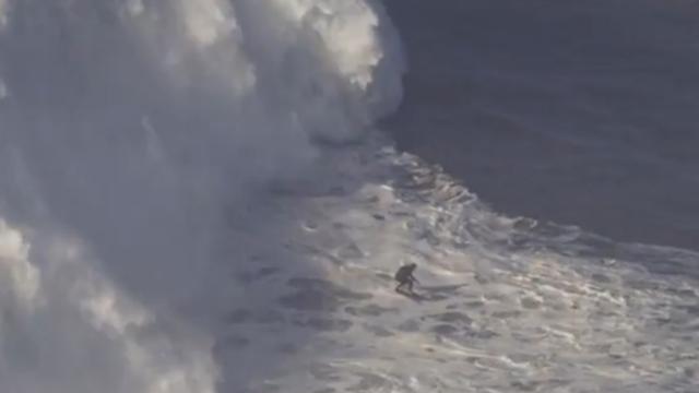 Man surft op megagolf in Portugal