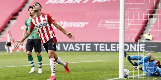 PSV mede door goal Zahavi en gelijkspel AZ officieus zeker van tweede plek