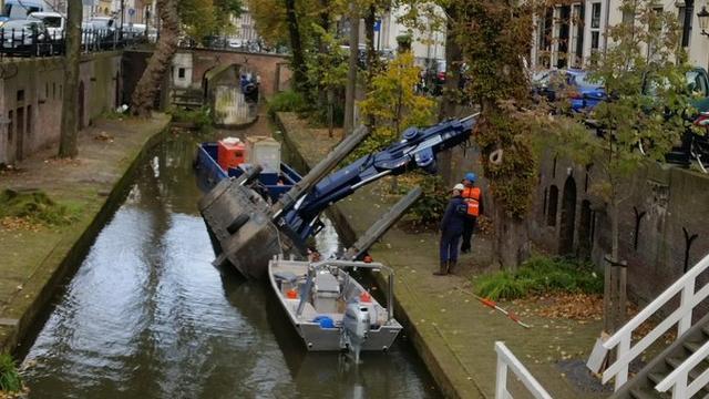 Hijskraan in de Nieuwegracht valt om
