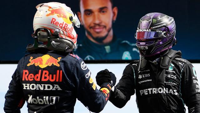 Lewis Hamilton neemt de felicitaties van Max Verstappen in ontvangst.