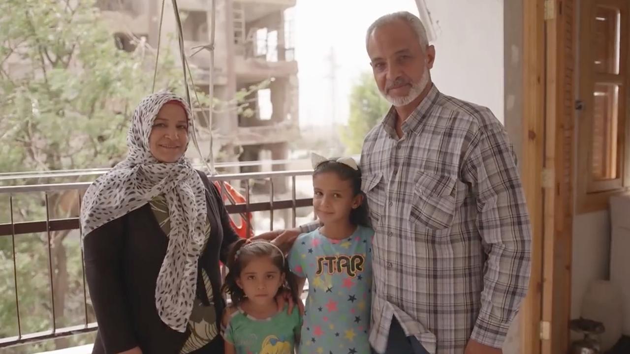 Inwoner Aleppo laat opgeknapt huis zien in geruïneerde stad