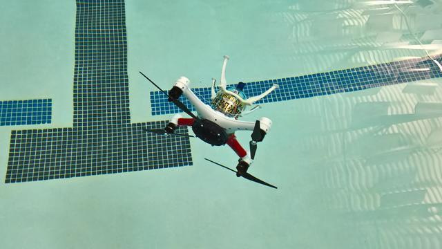 Experimentele drone kan vliegen en onder water zwemmen