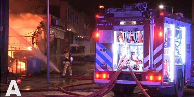 Asbest vrijgekomen bij grote brand in loods in Sloten