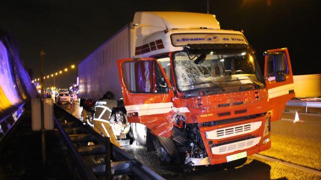 Vrachtwagen botst door windvlaag op pijlwagen A10