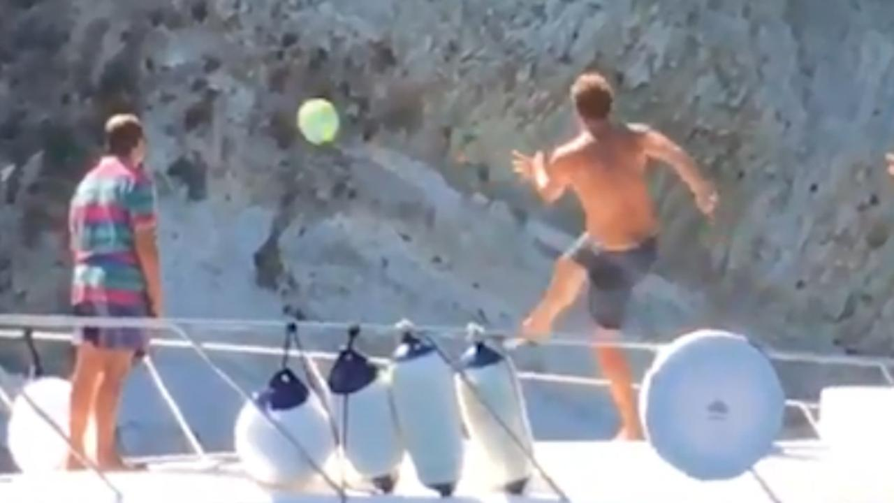 Totti schiet bal vanaf boot in handen van man op vakantieadres
