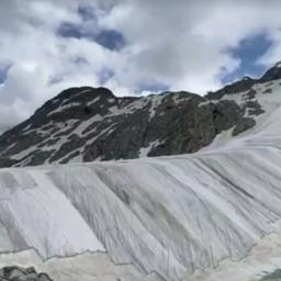 Video | Italiaanse gletsjer afgedekt met enorme textieldoeken
