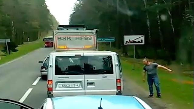 Man gooit afval terug in wagen van automobilist in Polen