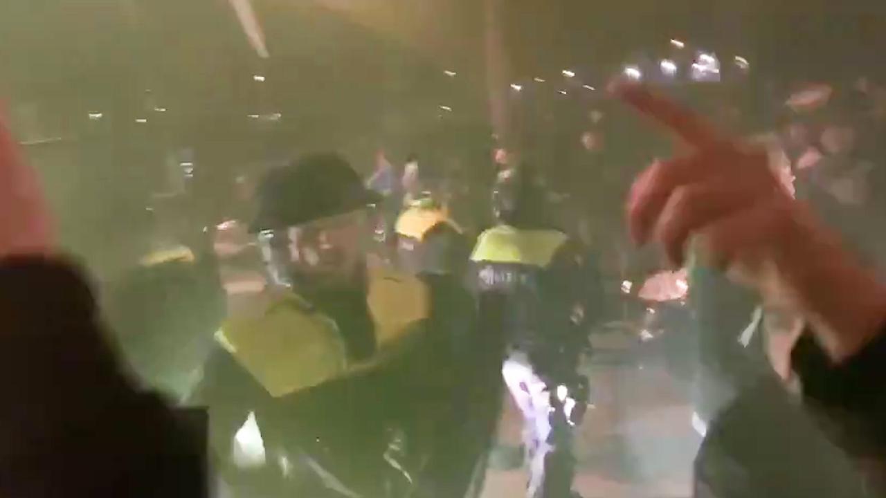 Honderden boze Feyenoord-supporters blokkeren spelersbus