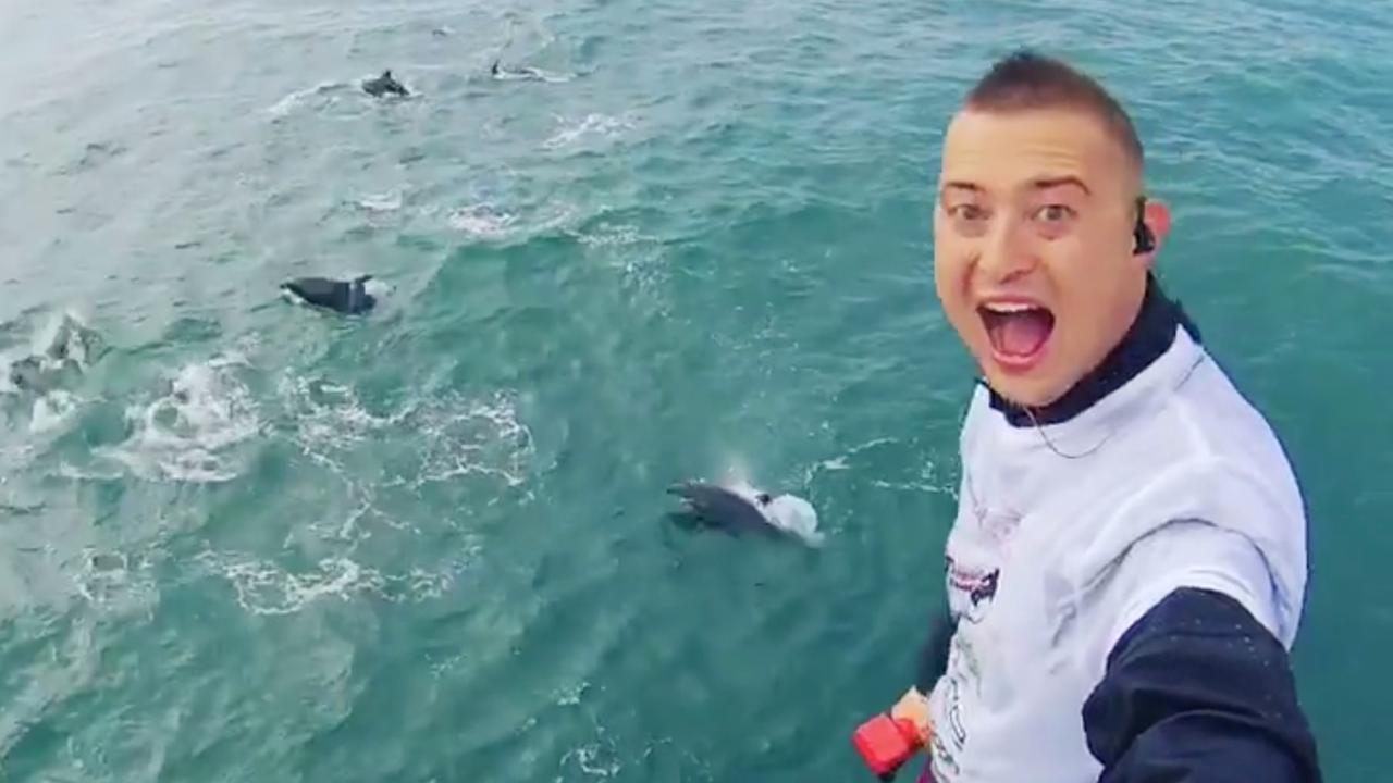 Nederlandse flyboarder komt groep dolfijnen tegen bij oversteek van het Kanaal