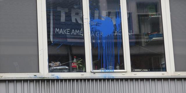 Onbekenden gooien verfbom op studentenhuis met Trump-vlag