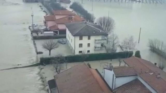 Helikopterbeelden tonen ondergelopen stad in Noord-Italië