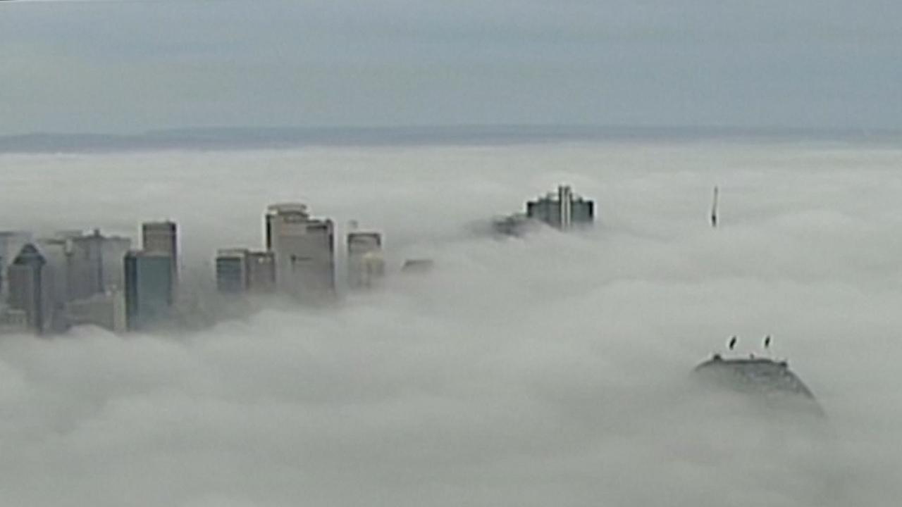 Luchtbeelden tonen in dichte mist gehuld Sydney