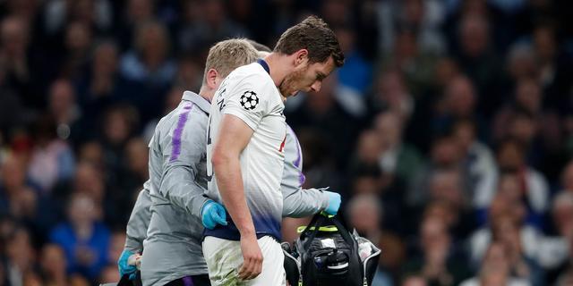 Vertonghen lijkt met schrik vrij te komen na botsing bij Tottenham-Ajax