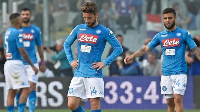 Tiental Napoli verliest bij Fiorentina en ziet Juventus uitlopen in titelstrijd