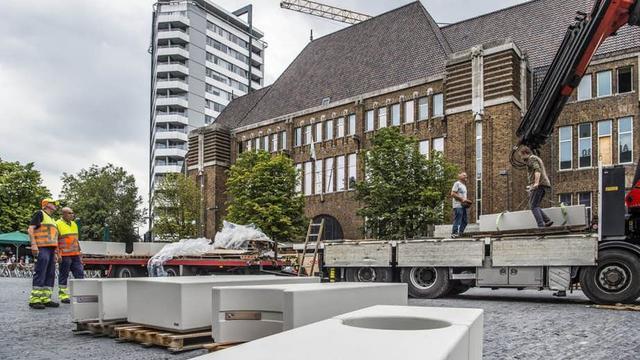 Betonblokken tegen mogelijke aanslagen geplaatst op de Neude in Utrecht