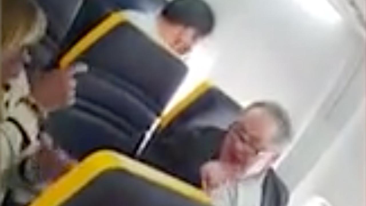 Ryanair opnieuw onder vuur om niet optreden bij racistische man