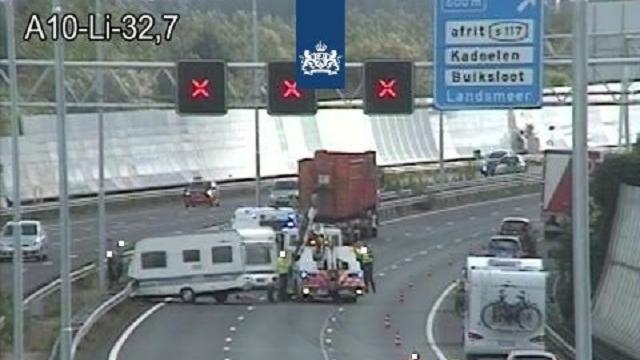 Caravan botst met vrachtwagen op A10 bij Landsmeer