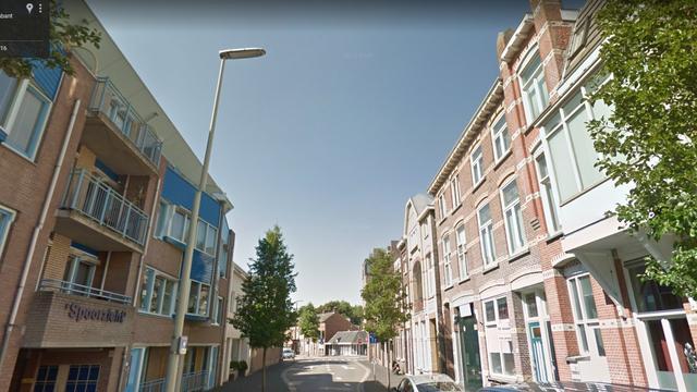 Man met mes op zak valt door glazen koepel van moskee Bergen op Zoom