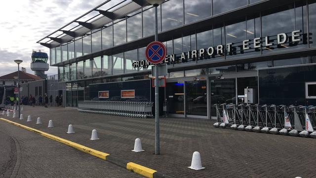 Vliegtuig met twee inzittenden zakt door landingsgestel op Airport Eelde