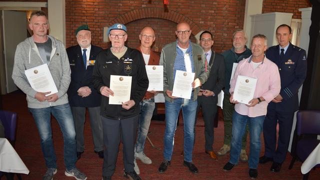 Woensdrechtse veteranen krijgen draaginsigne Nobelprijs VN militairen