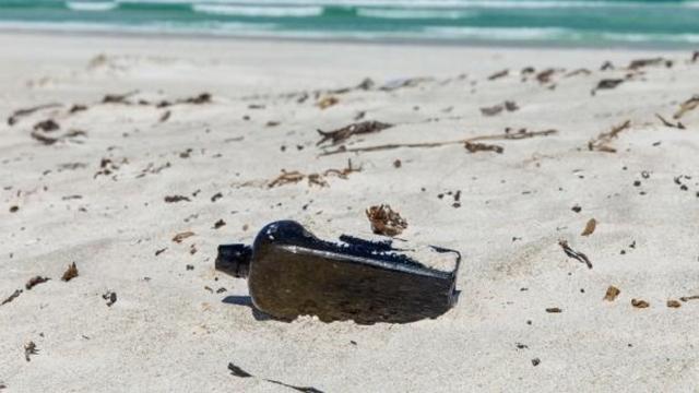 Australisch echtpaar vindt 's werelds oudste flessenpost in jeneverfles