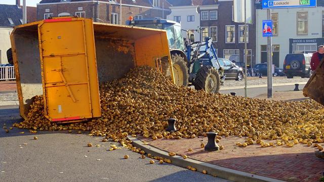 Aanhanger met aardappelen kantelt bij Koningsbrug