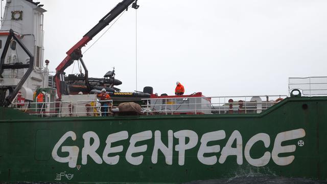 Greenpeace gooit zwerfkeien op bodem Noordzee tegen visserij