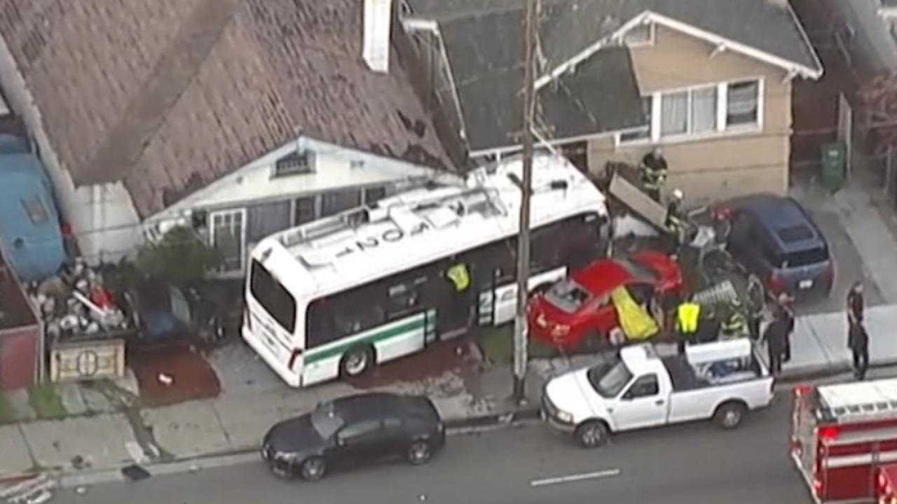 Bus tegen huizen gereden na botsing met auto in Californië