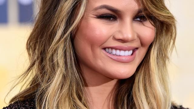 Chrissy Teigen geeft serveerster in steakrestaurant enorme fooi