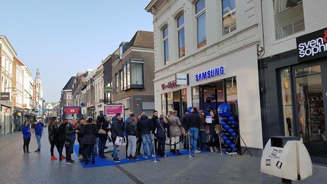 In de rij voor de nieuwe Samsung telefoon