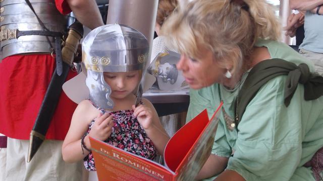 'Romeinen' Archeon bezoeken zieke kinderen in WKZ in Utrecht