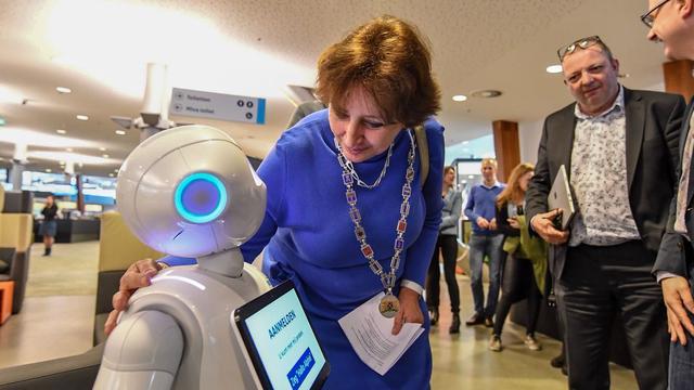Robot Alphie ontvangt bezoekers op gemeentehuis