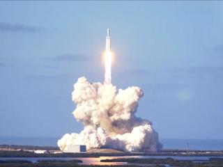 Eerste vlucht lanceert Tesla-auto naar Mars
