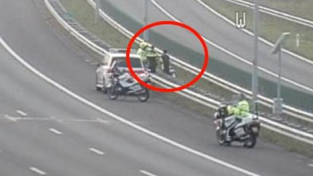 Politie haalt fietser van A1 bij Muiderberg