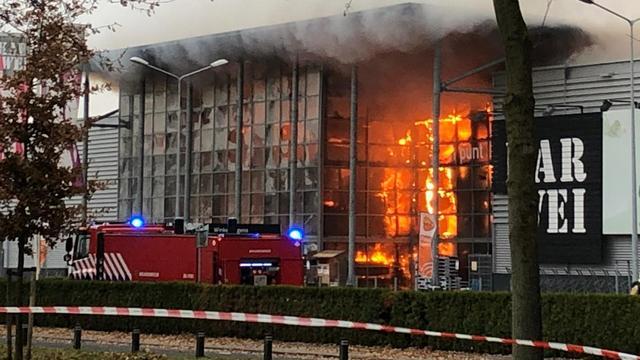 Zeer grote brand verwoest Karwei Apeldoorn