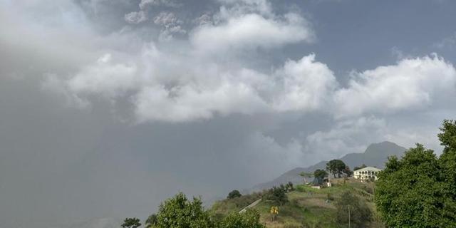 Vulkaan op Saint Vincent blijft as spuwen, duizenden inwoners geëvacueerd