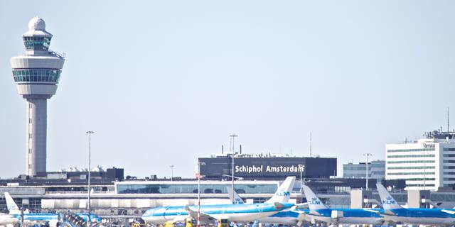 Medewerkers douane Schiphol onwel door onbekende stof in ingenomen koffer
