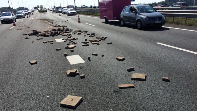 Chaos op A12 bij Zevenaar door verloren stoeptegels