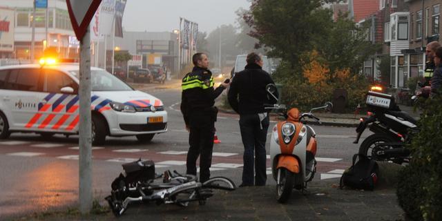 Scooter en fiets botsen bij Zoeterwoudseweg