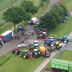 Video | Drone filmt wegblokkade bij boerenprotest in Drenthe