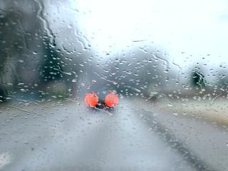 Winterse buien en bevriezing van natte wegdelen kunnen wegen spekglad maken