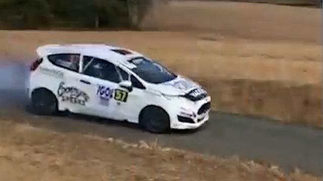 Rallyauto vliegt metershoog de lucht in tijdens Franse race
