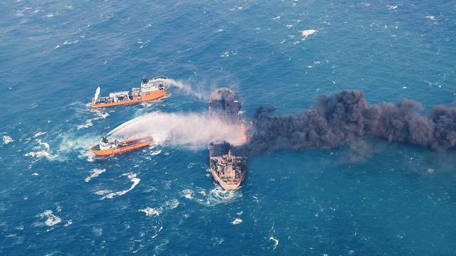 Brandende olietanker bij China drijft richting Japan