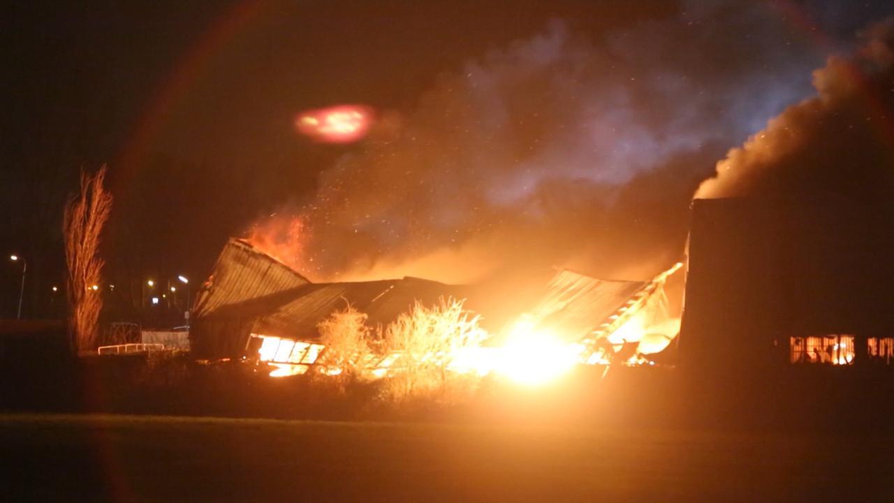 Vlammen slaan uit loods met auto's in Vijfhuizen