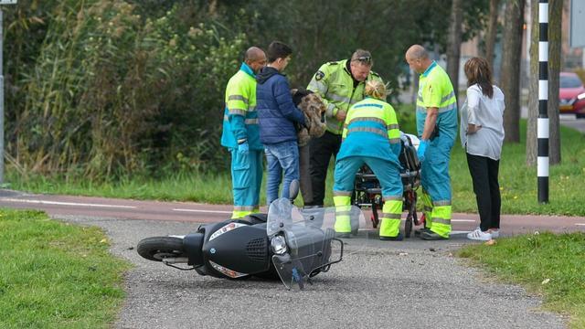 Scooterrijdster gewond na aanrijding op Amerikalaan