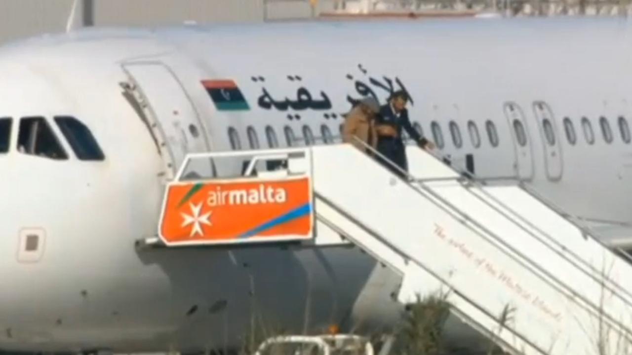 Passagiers verlaten Libisch toestel na kaping