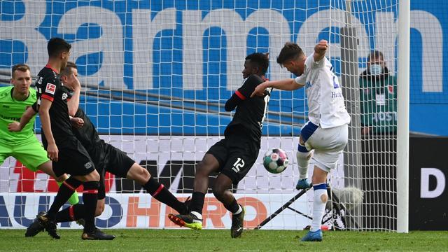 Klaas-Jan Huntelaar schiet de 2-1 binnen voor Schalke 04 tegen Bayer Leverkusen.