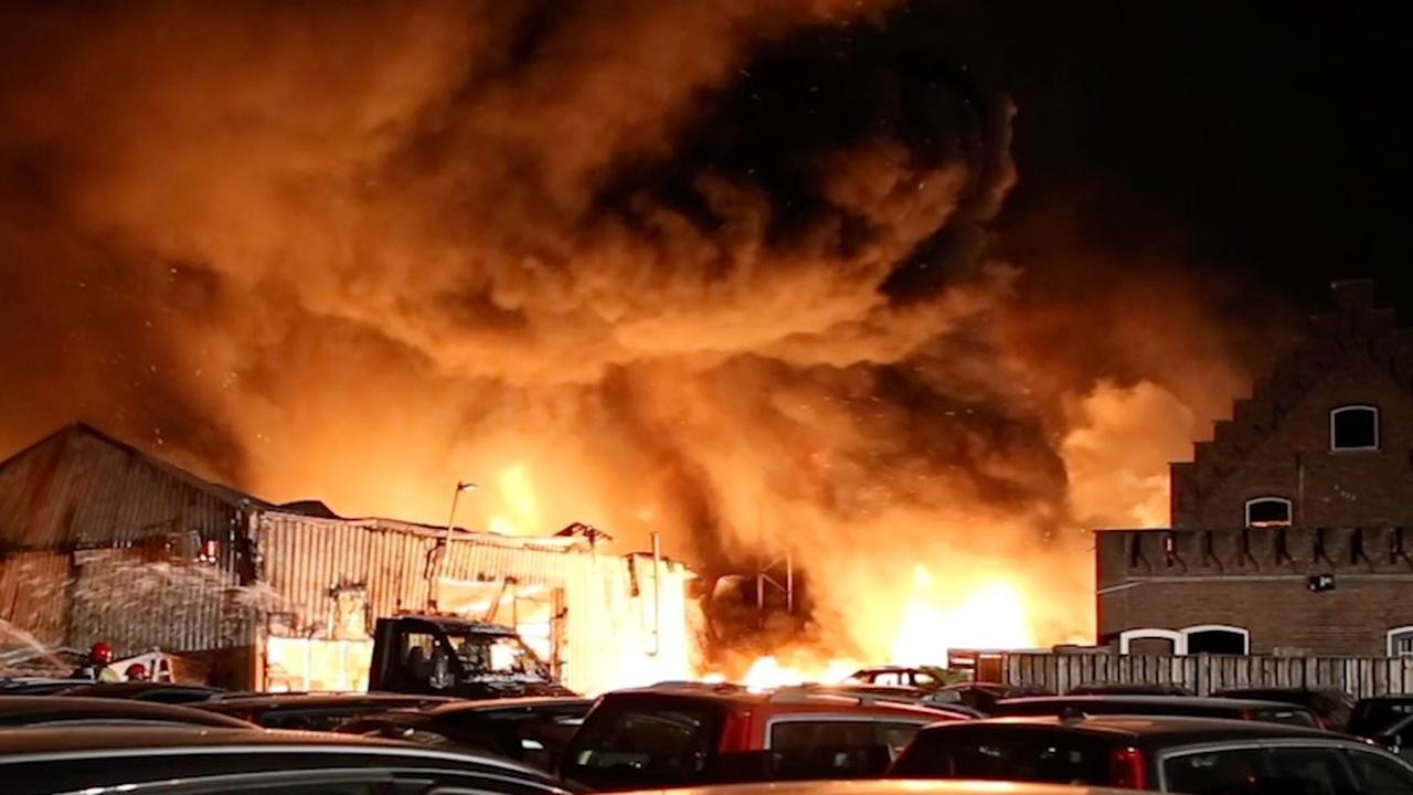 Brand verwoest panden op industrieterrein in Veldhoven